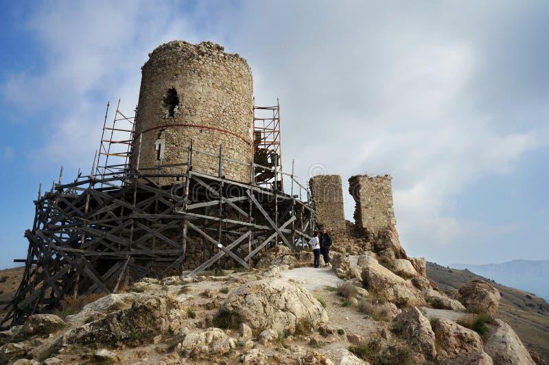 La Crimée, Balaklava Le Cembalo Genoese 1357 de forteresse a entouré en construisant les forêts pour la restauration, supports su photo stock
