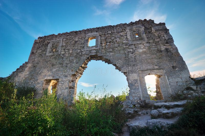 La Crimée, citadelle de ruines sur le chou frisé supérieur de Mangup de montagne images libres de droits