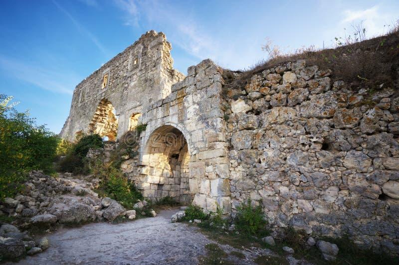 La Crimée, citadelle de ruines sur le chou frisé supérieur de Mangup de montagne photos stock