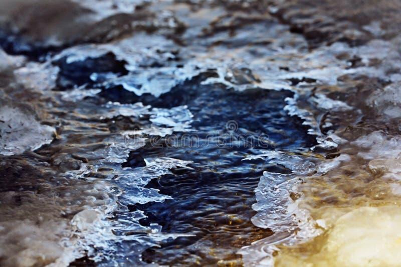 La crique de ressort casse la glace photos libres de droits