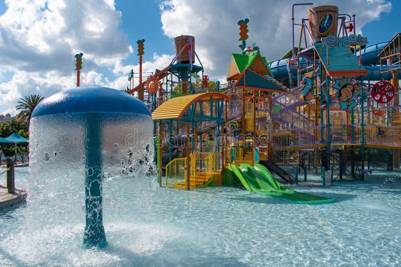 La crique du martin-chasseur de Kata inclut les glissières du corps du débutant, les becs d'eau et les piscines sur le fond nuage images stock