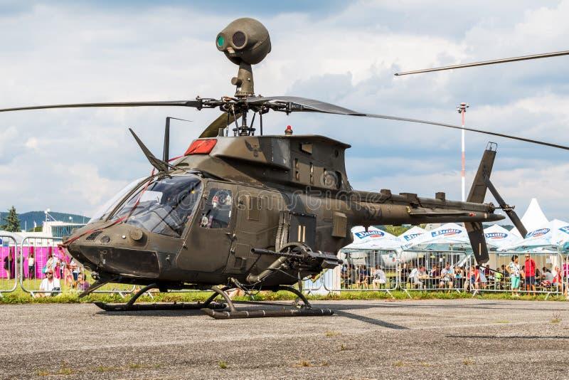 La Croatian Air Force Bell OH-58D Kiowa Warrior 324 attacca un monitor statico per elicotteri al SIAF Slovak International Air Fe fotografia stock