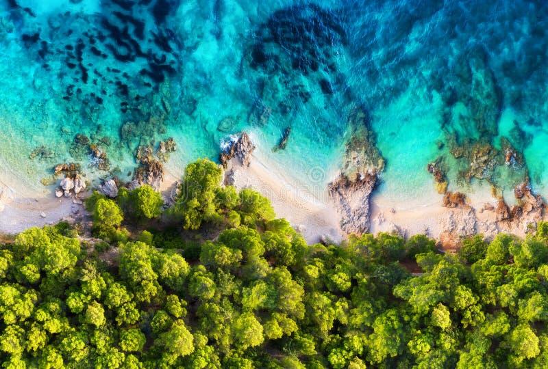La Croazia Costa panoramica come fondo dalla vista superiore Fondo dell'acqua del turchese dalla vista superiore Vista sul mare d fotografia stock libera da diritti