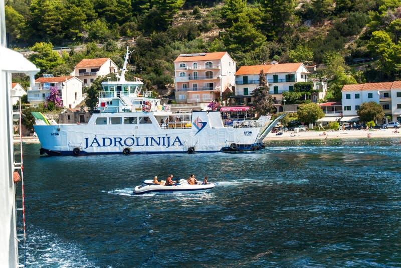 La CROAZIA, DRVENIK, l'8 settembre 2018: Traghetto Jadrolinija fra le isole della Croazia in mare adriatico Navigazione nella cit fotografia stock