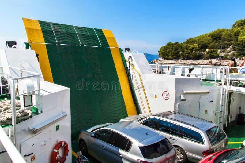 La CROAZIA, DRVENIK, l'8 settembre 2018: Traghetto Jadrolinija fra le isole della Croazia in mare adriatico Navigazione nella cit immagine stock libera da diritti
