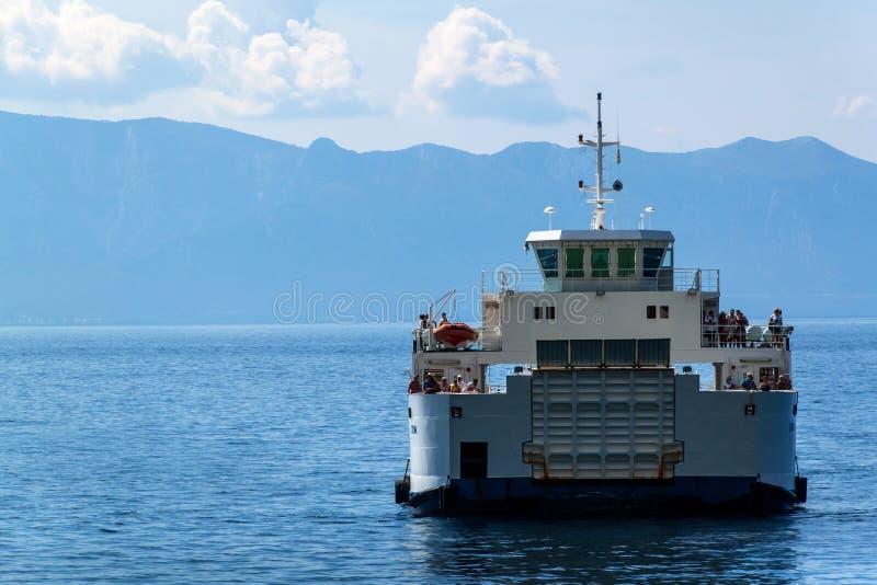 La CROAZIA, DRVENIK, l'8 settembre 2018: Traghetto Jadrolinija fra le isole della Croazia in mare adriatico Navigazione nella cit fotografie stock