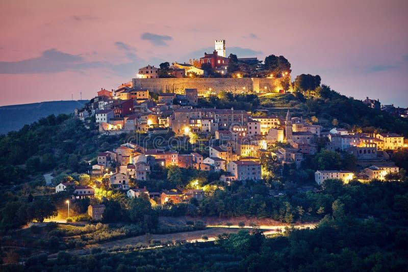 La Croazia Motovun d'annata ha murato la città alla collinetta fotografia stock
