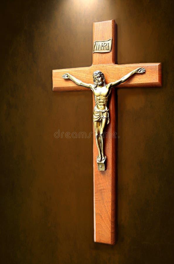La croce con luce che splende su ha isolato su fondo chiazzato marrone fotografia stock libera da diritti