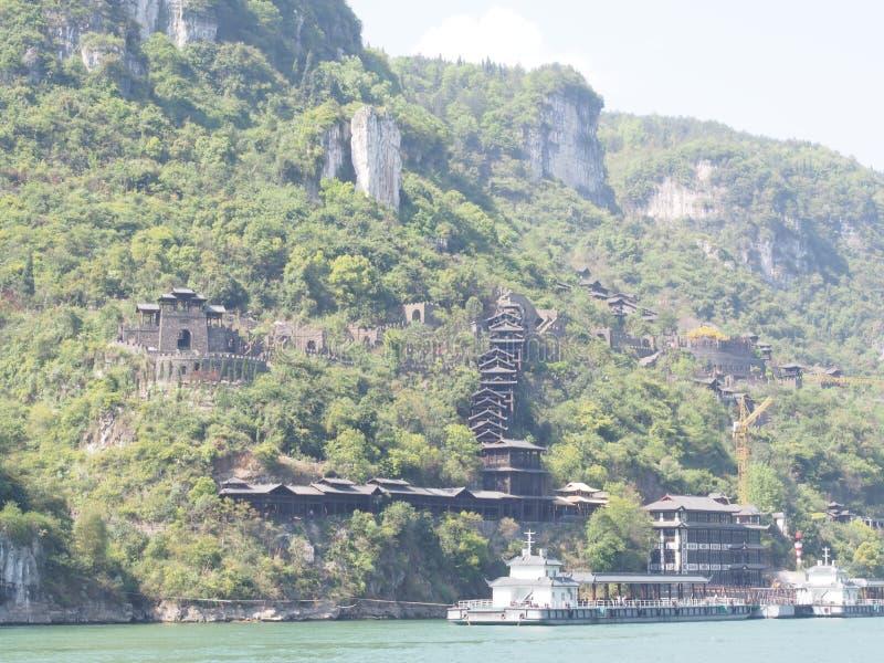 La crociera del fiume a Three Gorge Dam e visita il piccolo locale v immagini stock libere da diritti