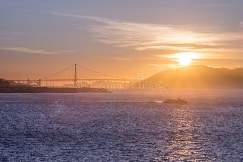 La crociera turistica naviga in San Francisco Bay al tramonto fotografia stock libera da diritti