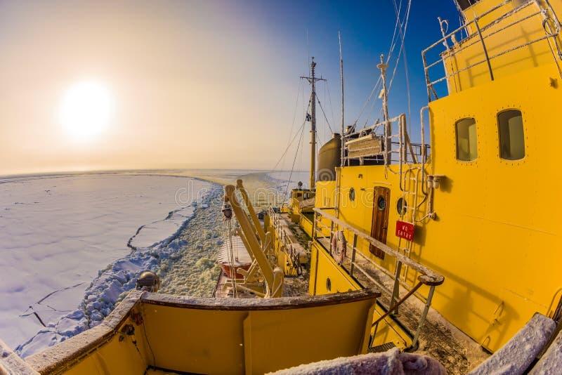 La croisière de touristes sur la mer retenue par les glaces images stock