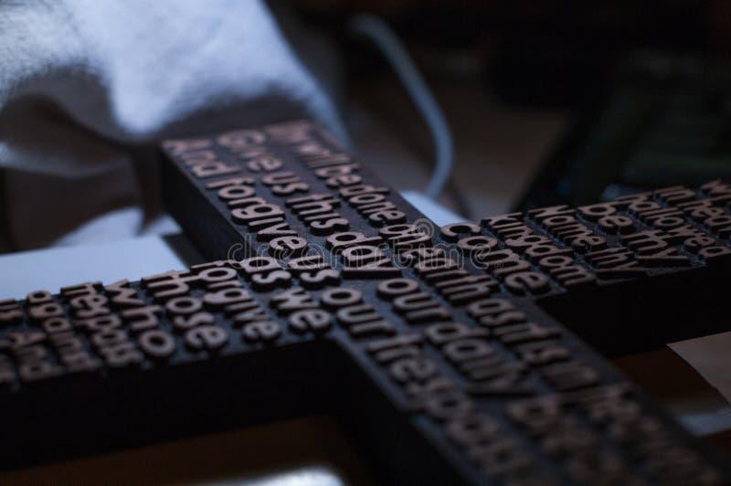 Download La Croix Chrétienne En Bois Avec A Découpé Le Plan Rapproché De Prière Du ` S De Seigneur Photo stock - Image du bible, opinion: 87702872
