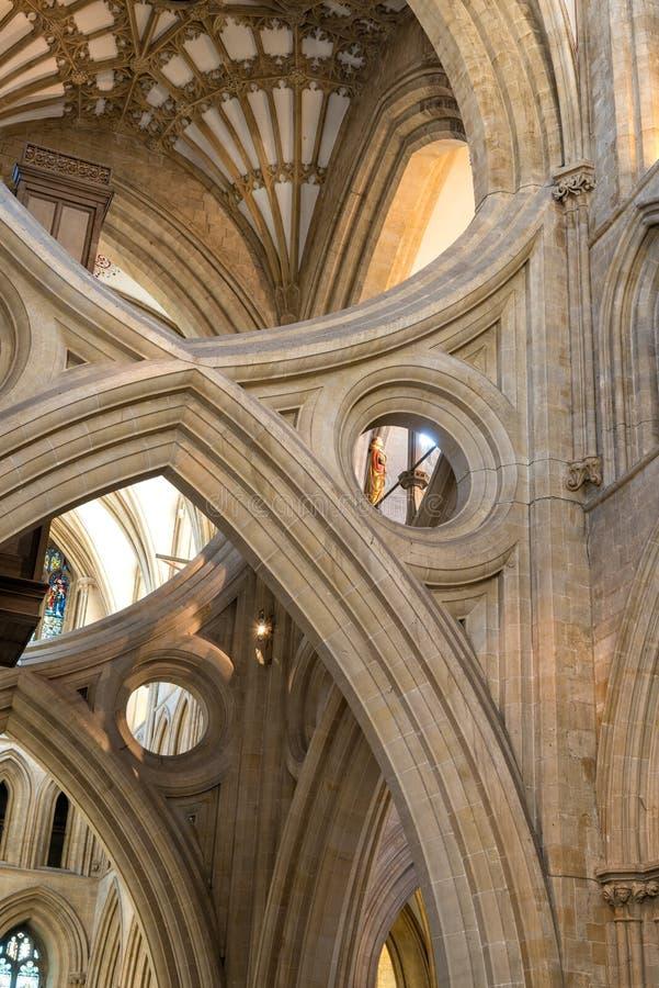 La croix du ` s de St Andrew arque en cathédrale de Wells photos libres de droits