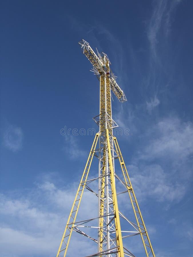 La croix en métal jaune, un ciel bleu gentil, nuages photos libres de droits