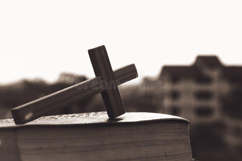 La croix sur la Sainte Bible, symbole de religion, religieux, concept de foi photographie stock
