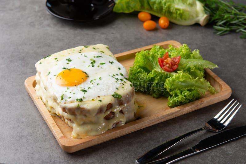 la Croque-Madame grillent avec l'oeuf et le fromage image stock