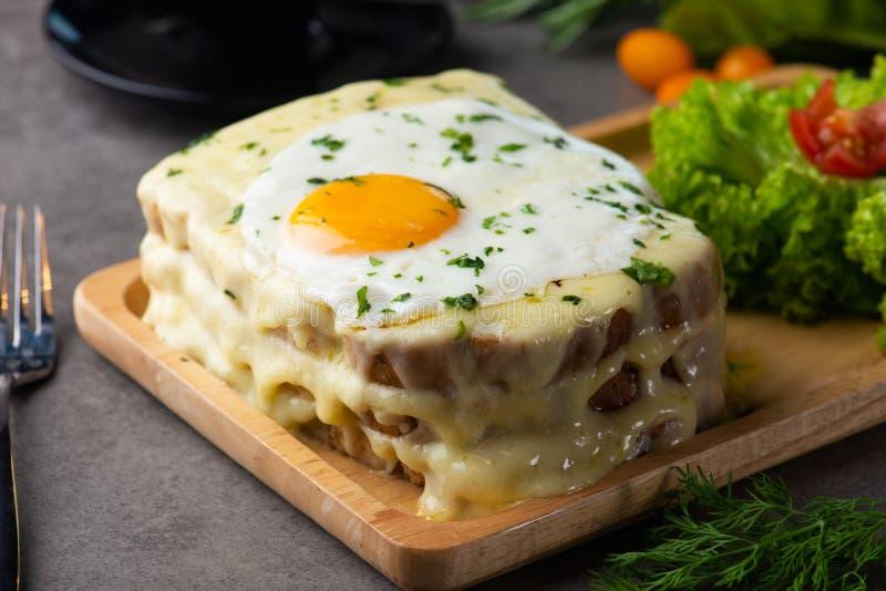 la Croque-Madame grillent avec l'oeuf et le fromage image libre de droits