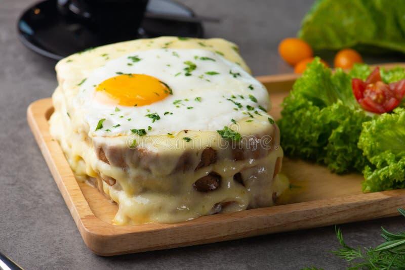 la Croque-Madame grillent avec l'oeuf et le fromage photographie stock libre de droits