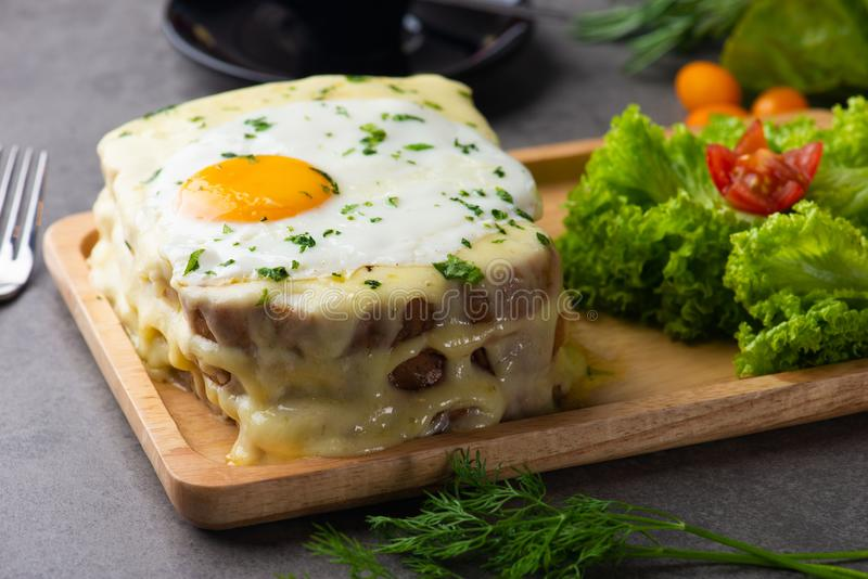 la Croque-Madame grillent avec l'oeuf et le fromage photos stock