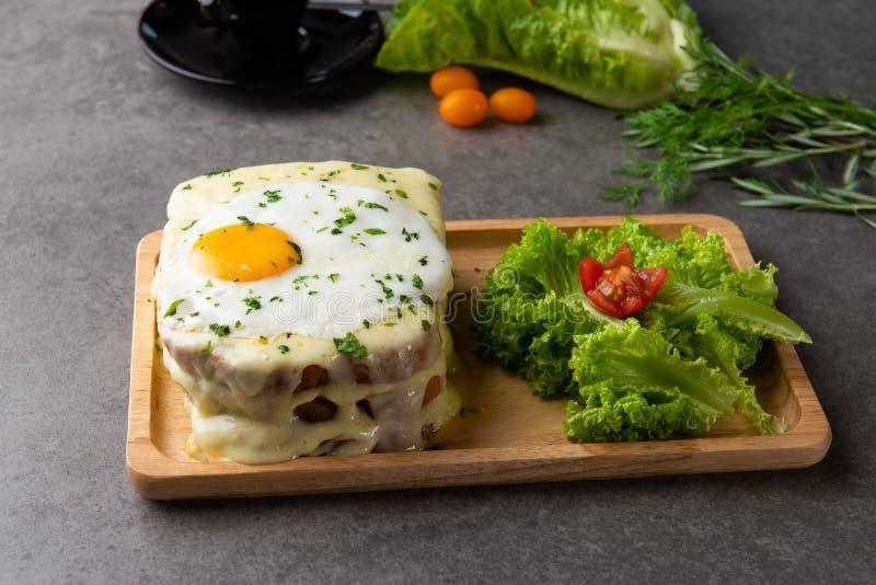 la Croque-Madame grillent avec l'oeuf et le fromage photographie stock