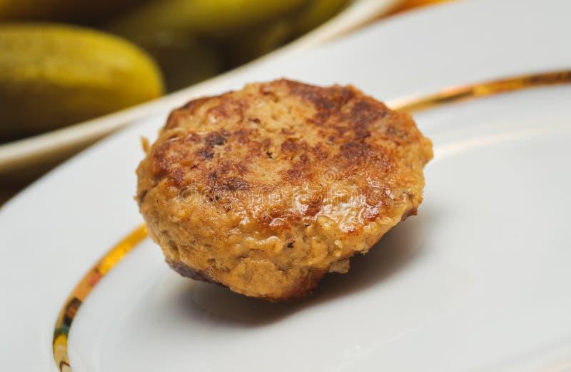 La croqueta hecha a mano apetitosa de la carne asada miente en una placa blanca imágenes de archivo libres de regalías