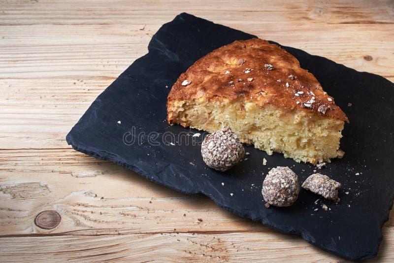 La crostata della torta di mele sul bordo dello scisto con l'uva passa, i dadi e la cannella è una struttura di legno d'annata de immagine stock libera da diritti