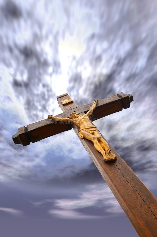 La crucifissione da un albero con Jesus immagini stock libere da diritti