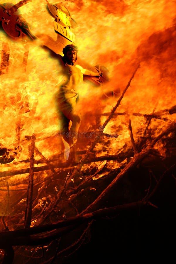 La crucifissione su fuoco. fotografie stock libere da diritti