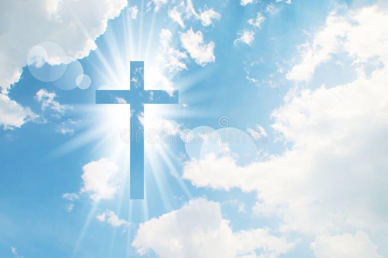 La cruz cristiana aparece brillante en el cielo foto de archivo libre de regalías