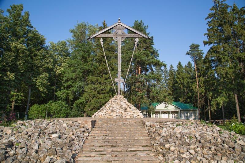 La cruz de Butovsky se hace del ciprés de madera de alta calidad del pino en el terreno de entrenamiento de Butovo cerca de Moscú fotos de archivo