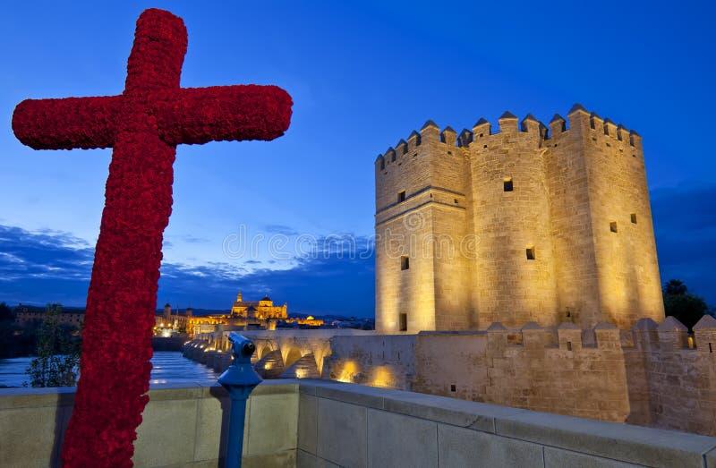 La cruz de mayo, Roman Bridge, la catedral de Mezquita y Calahorra se elevan, Córdoba, Andalucía foto de archivo