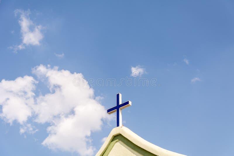 La cruz en el frente de una iglesia imagenes de archivo