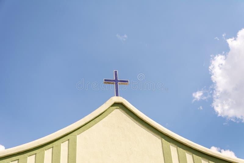 La cruz en el frente de una iglesia foto de archivo libre de regalías