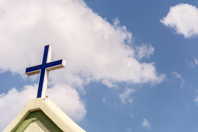La cruz en el frente de una iglesia fotografía de archivo libre de regalías