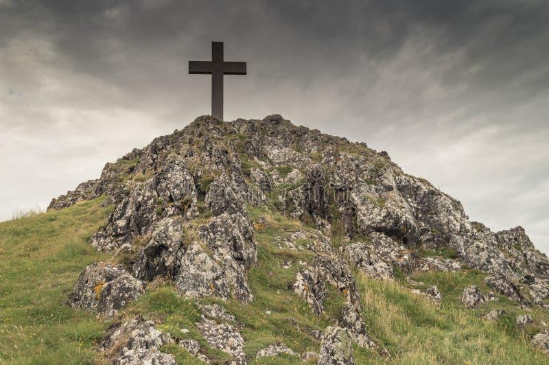 La cruz en la isla de Llanddwyn en Anglesey fotografía de archivo