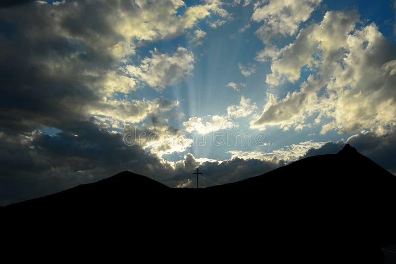 La cruz en la montaña negra imagen de archivo