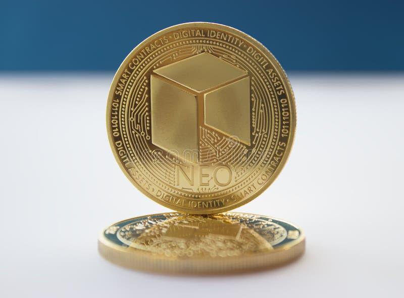 La crypto devise invente néo- sur le fond bleu 2 photographie stock