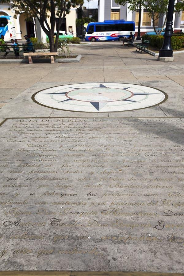 LA CUBA 3 FEBBRAIO 2013: Segno zero di chilometro con il fondamento del quadrato di Jose Marti di dichiarazione della città in Ci immagini stock libere da diritti
