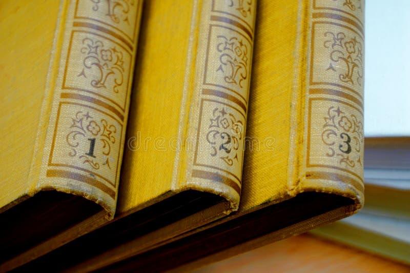 La cubierta de libros viejos en tres porciones imagen de archivo