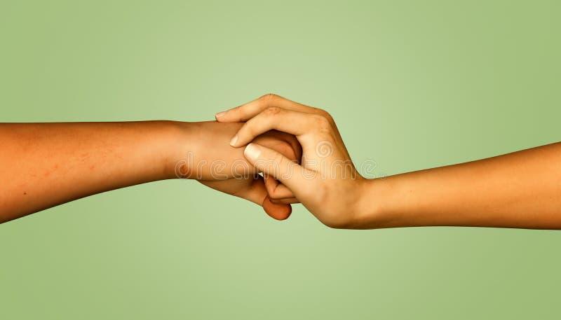 La cubierta de la mano de la mujer sirve el puño stock de ilustración