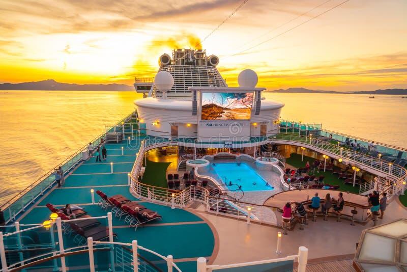 La cubierta superior del crucero Diamond Princess con gran TV LED y piscina imágenes de archivo libres de regalías