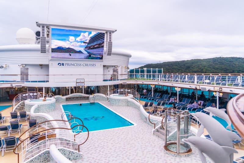 La cubierta superior del crucero Diamond Princess con gran TV LED y piscina foto de archivo