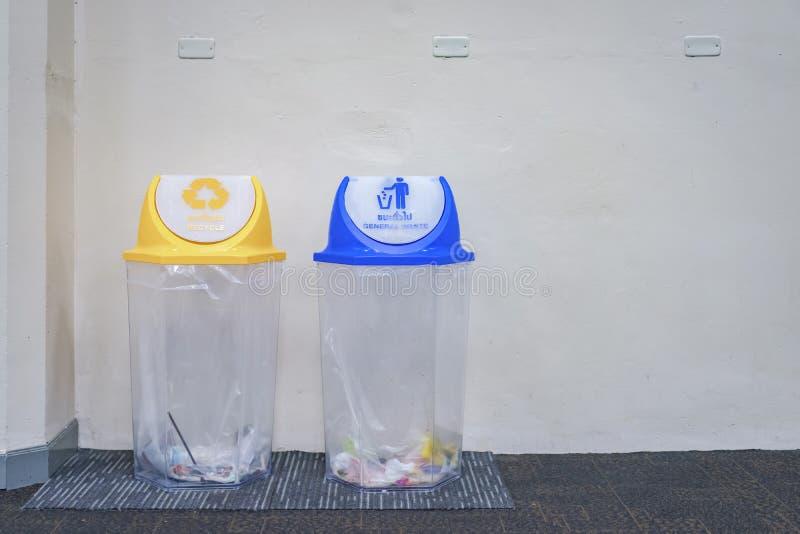 La cubierta y el amarillo inútiles generales azules reciclan la basura en el aeropuerto, Tailandia de la transparencia de la cubi imágenes de archivo libres de regalías