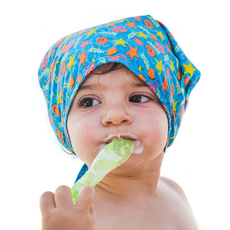 La cuchara recién nacida se come aisló el equipo del mar del verano de la cara del bebé del pañuelo imágenes de archivo libres de regalías