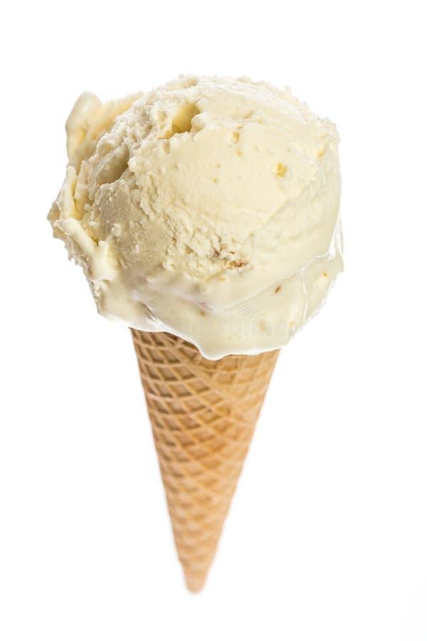 La cucharada más fina del helado del macademia completada un cono de helado aislado en el fondo blanco imágenes de archivo libres de regalías