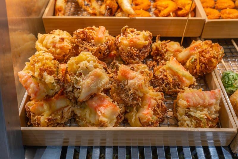 La cucina asiatica ha fritto nel grasso bollente il gamberetto con la tempura della pastella da vendere immagini stock