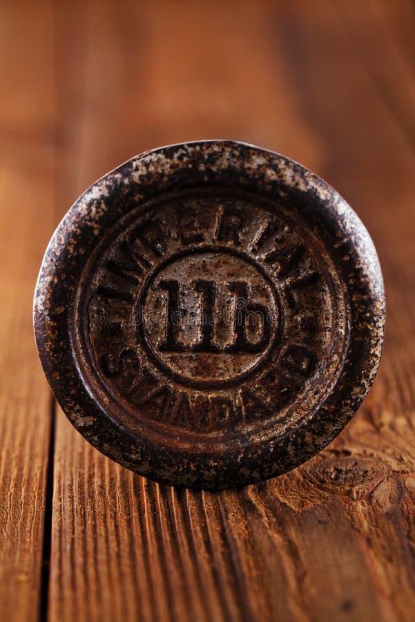 La cucina d'annata del ghisa pesa il legno del OM fotografie stock