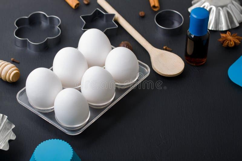 La cucina delle uova di cottura foggia l'estratto di vaniglia delle taglierine del biscotto di forma fotografia stock libera da diritti