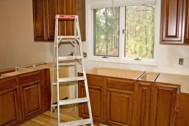 la cucina di miglioramento domestico degli armadietti ritocca immagini stock libere da diritti