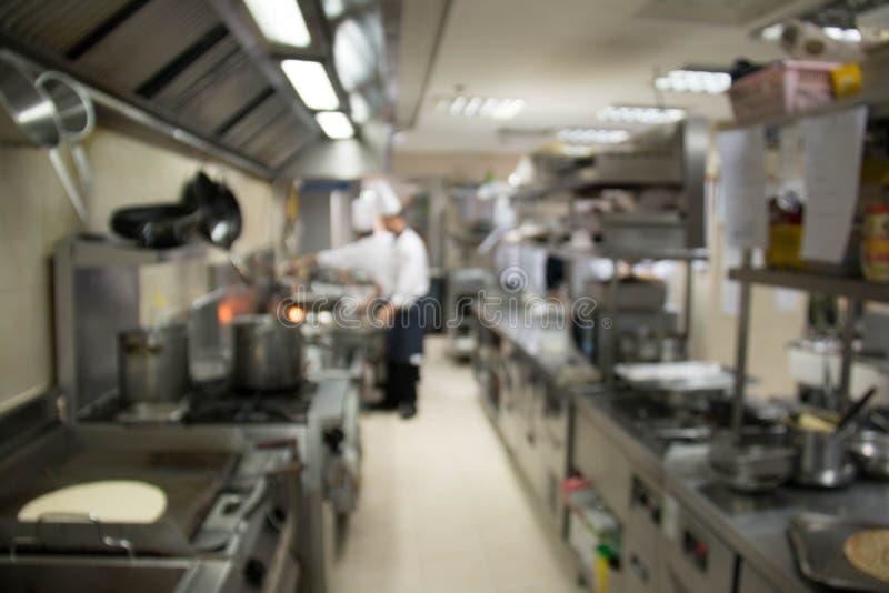 La cucina di un ristorante, l'hotel o l'ospedale con i cuochi occupati funzionano fotografia stock libera da diritti